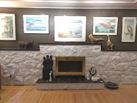 Stay N Paint! Clean,spacious private gallery suite