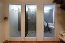 RESTbackbacker二樓之淋浴間〈含免費沐浴乳、洗髮精〉、廁所