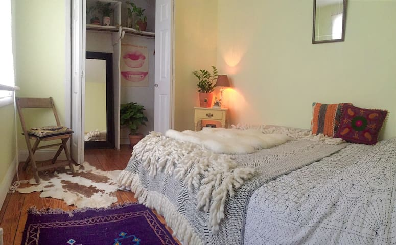 Sunny bohemian room heart of williamsburg