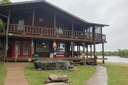 Cabin Log Home on the Beautiful Cedar River