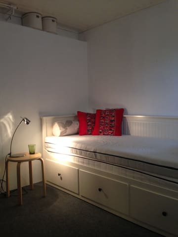 Sängen kan dras ut till dubbelsäng