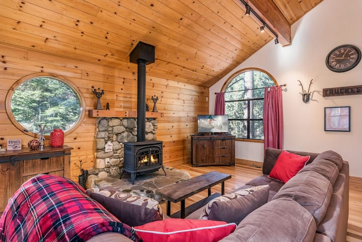 The Bear's Lair House with Hot Tub