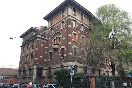 Loreto stanza priv. singola a 50 mt metrò linea 1 - Milà - Pis
