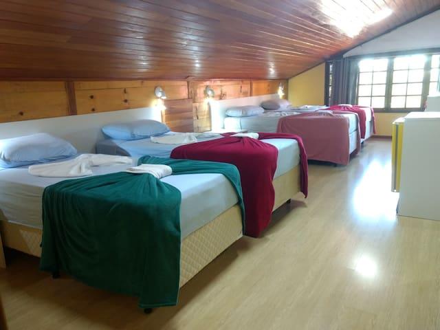 Quarto Suíte Nº 1 (andar superior) - TV - Frigobar - Ar condicionado - Banheiro anexo (suíte)  - 4 camas de solteiro Box que podem ser unidas formando 2 de casais.  Obs.: Todos os quartos possuem ar condicionado e televisores.