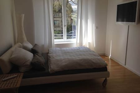 Zimmer mit eigenem Bad - Berlim