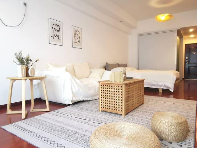 现代极简风格投影大床房