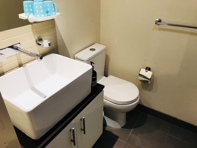 Private bathroom. 私人衛浴空間