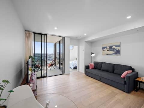 Modern 23rd Floor Riverview Apt. King Bed Parking