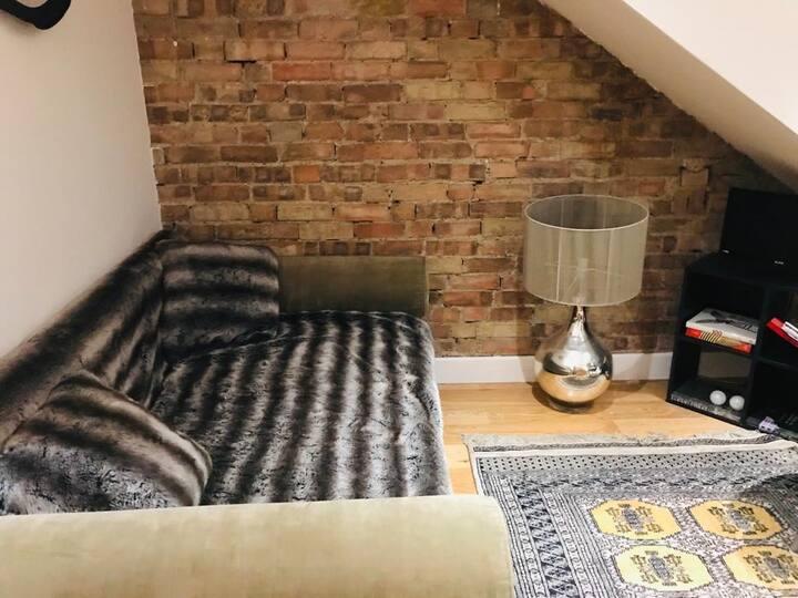 Charming loft flat, full bath kitchen near park W4