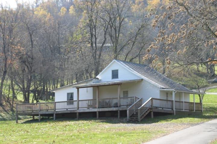 Pete's Farm Cottage - on Graves Mountain Farm