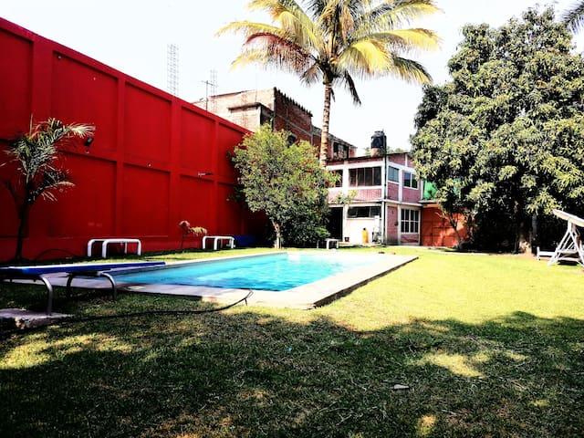 Jardín con más de 300 metros de espacio libre con alberca de aproximadamente 8 metros con fosa y trampolín.