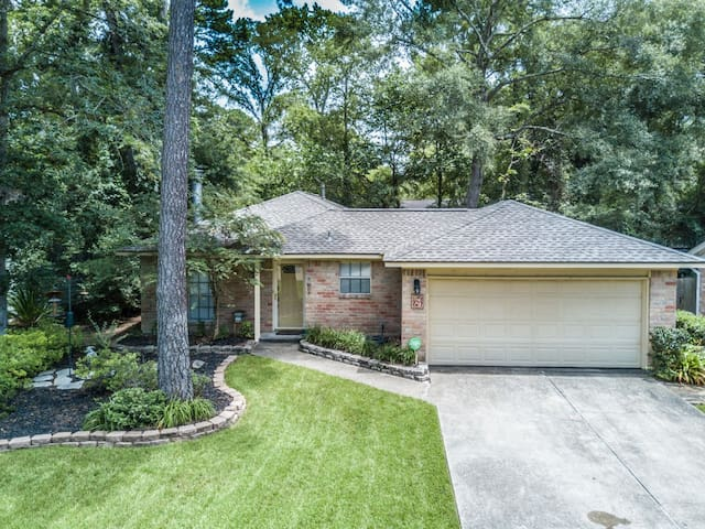 Clean, Quiet, & Cozy Home in The Woodlands!