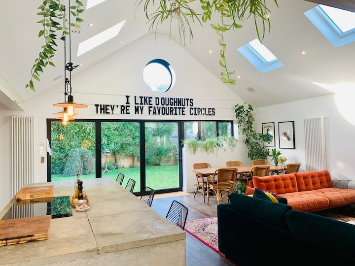 Bright open plan unique bungalow w/ large garden