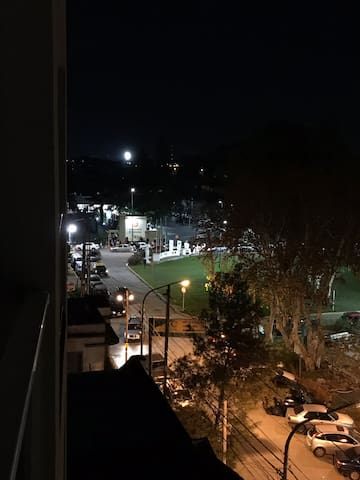 Vista nocturna desde el balcón del Aeropuerto El Palomar