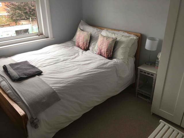 Cosy & bright double room, next to Exeter Quay