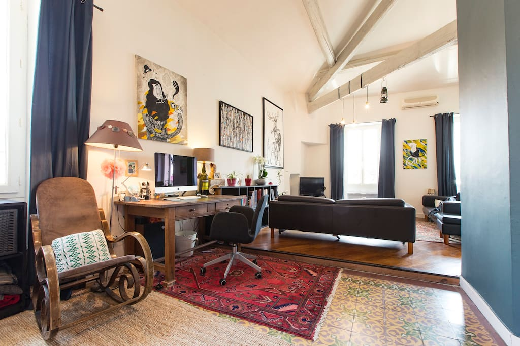 loft, grand espace, poutres apparentes, coin bureau