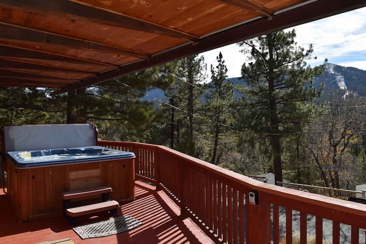 Elks Peak: Hot Tub! Mountain Views! Fireplace! Pool Table! Fireplace! Updated Kitchen!