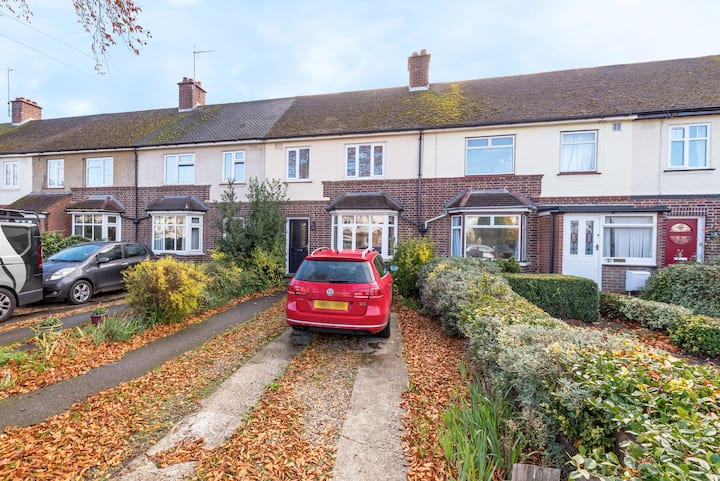Central 3-bedroom house close to hospital sleeps 8
