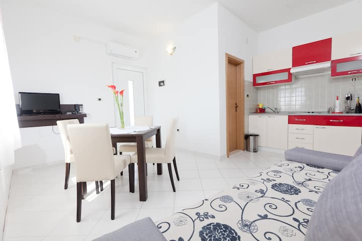 SPACIOUS SUNNY HOME + FREE PARKING