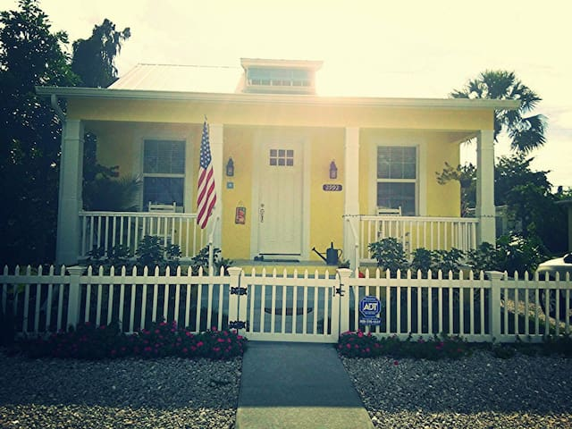 Charming Key West Style Cottage - Neapol - Byt