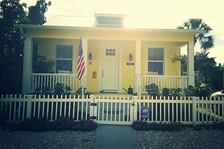Charming Key West Style Cottage - Неаполь