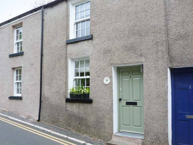 HAWTHORN COTTAGE, pet friendly in Ulverston, Ref 28622
