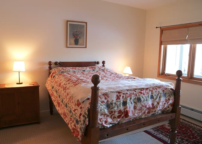 Bolton Valley Private Room/bath. Ski in/ski out