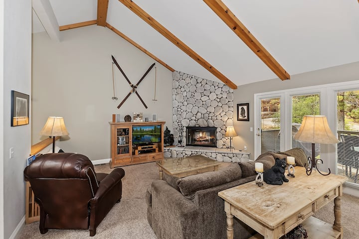 Bear Meadows Retreat: Walk to Bear Mountain! Wifi! BBQ! 2 Master Suites! Internet! Cable TV!