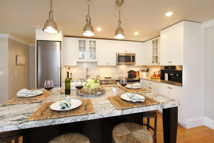 Luxurious First Floor Condo on Thames Street! - Newport - Selveierleilighet