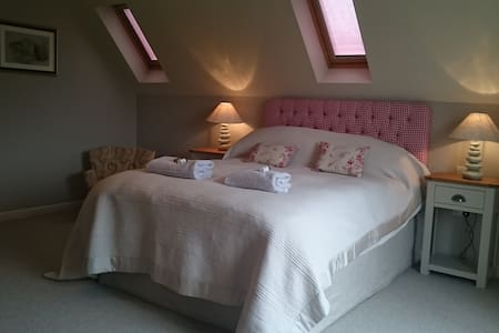 The Loft - Beautiful views from your own balcony - Abbots Morton - Bed & Breakfast