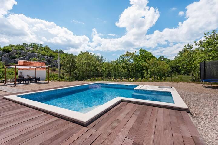 Plattelandsvilla vlakbij Split met privé zwembad