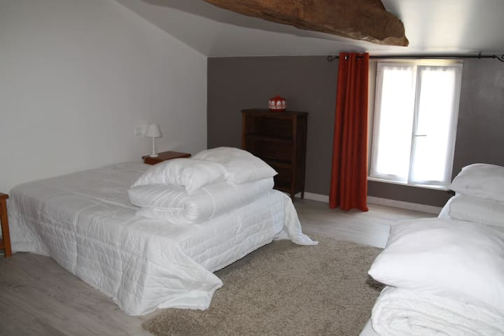 Chambre 4 personnes 1 lit 140x190 et 2 lits 90x190