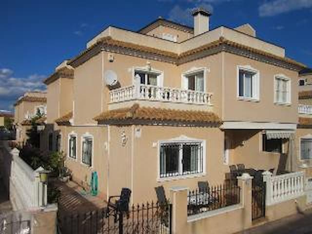 Linked villa close to beach and Zenia Boulevard - Orihuela