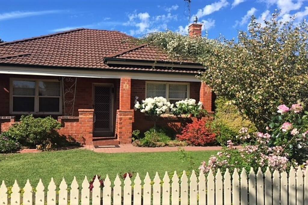 Picket fence, cottage garden and only 200 meters from the stunning Victoria Park Lake and the site of the New SAM.