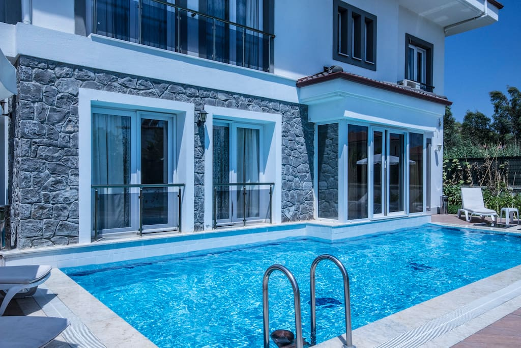 A closer look of the swimming pool of Villa Phoenix - 3