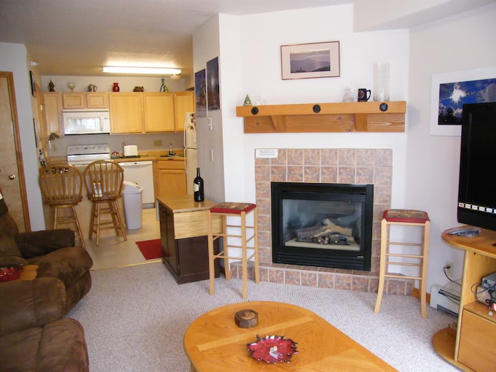 ☆Almost SKI-IN/OUT 2 bd/ 2 ba CedarCreek Condo☆