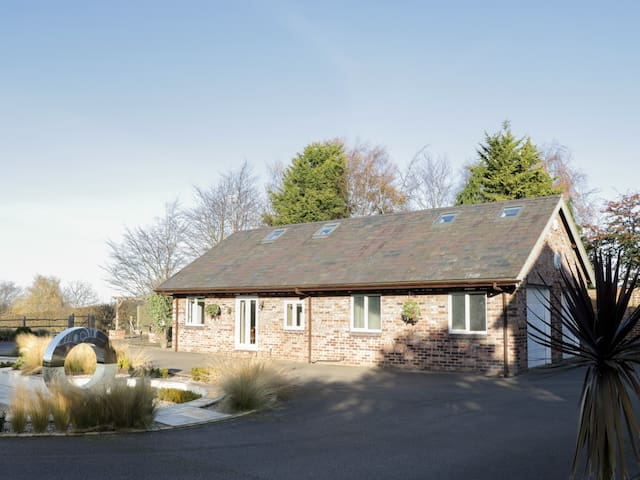 HILLSIDE, pet friendly, country holiday cottage in Tarvin, Ref 962990