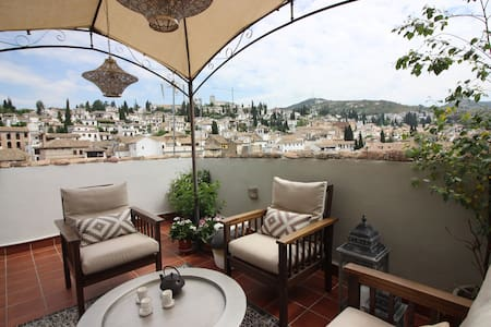 Terraza en el Albaicín a los pies de la Alhambra.