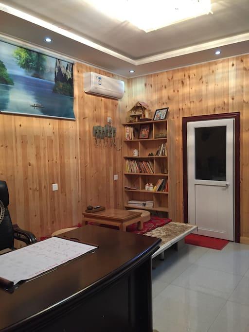 客厅,面对的是书架和卫生间