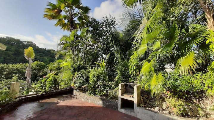 Studio idéalement situé avec jardin privé et BBQ