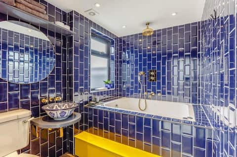 Stunning private guest suite, City views & Jacuzzi