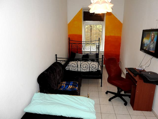 Room by Center, TV, WIFI, FREE Parking, Xbox, PC