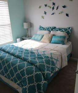 Cozy bedroom(queen) in townhouse - Glen Burnie - House