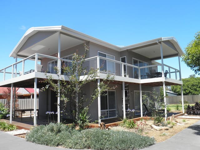 A four bedroom beach house next to small reserve. - Port Willunga - House
