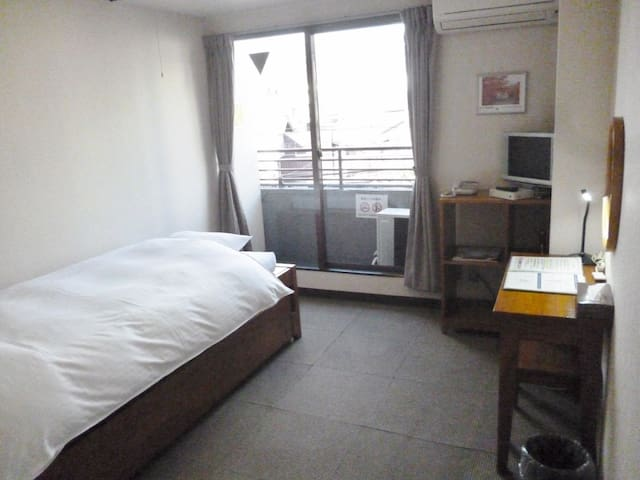 Best location! 15 minutes on foot from Kyoto Station【Street side Western-style Single room】