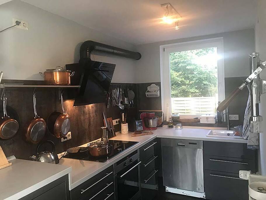 Küche mit Kühl-/Gefrierschrank, Induktion, Backofen, Geschirrspüler