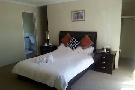 Ensuite,double bed and twin bed rooms - East Victoria Park - Talo
