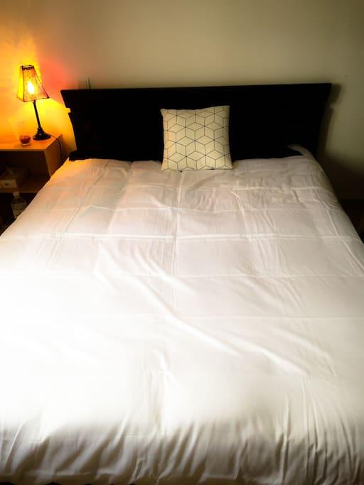 Chambre proposée avec grand lit, espaces de rangements, télévision, chauffage et climatisation.