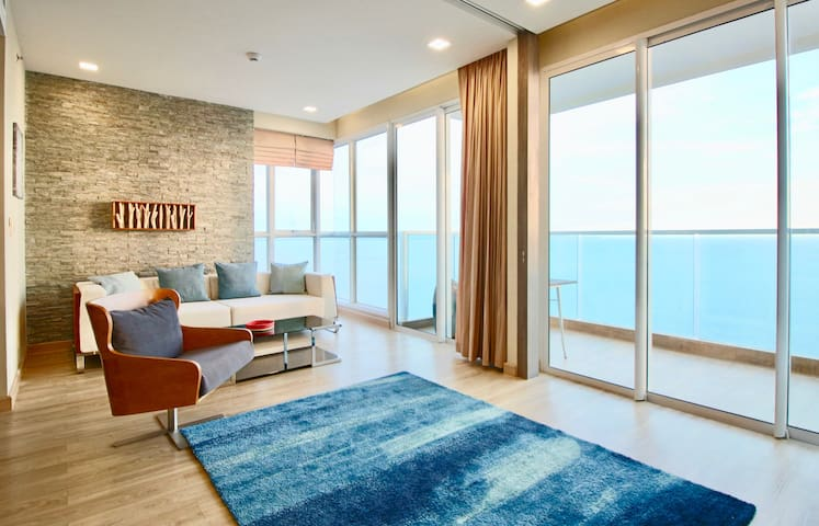 Dasiri Jomtien Beachfront 2BR 45. Floor long-stay apartment