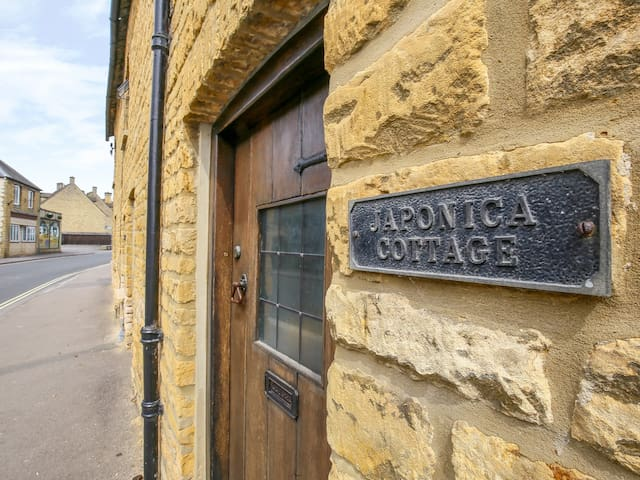 JAPONICA COTTAGE, pet friendly in Bourton-On-The-Water, Ref 988652